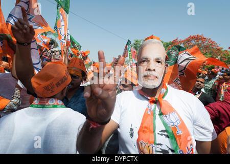 Varanasi, Uttar Pradesh, India. 24th April, 2014. A BJP supporter wears a Modi mask prior to NARENDRA MODI visiting - Stock Photo