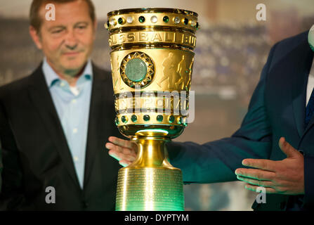 Berlin, Germany. 24th Apr, 2014. Governing Mayor of Berlin Klaus Wowereit (SPD, R) takes over the DFB cup trophy - Stock Photo