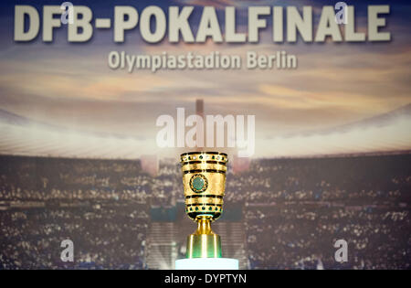 Berlin, Germany. 24th Apr, 2014. The DFB cup trophy (DFB Pokal) is handed out to Governing Mayor of Berlin Klaus - Stock Photo