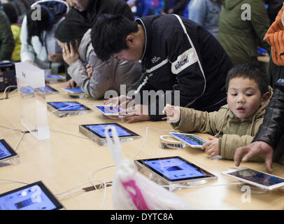 A kid try out Ipad at an Apple store - Stock Photo