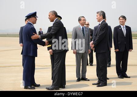 US President Barack Obama greets Col. Brook Leonard, 51st Fighter Wing commander, upon his arrival at Osan Air Base - Stock Photo