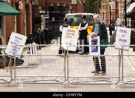 London, UK. 26th Apr, 2014. Supporters of Mordechai Vanunu hold a vigil to mark the 10th anniversary of Vanunu release - Stock Photo