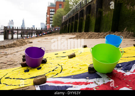 London, UK. 27th Apr, 2014. Sand sculpure of animated cartoon character Homer Simpson by sand artist Martin Artman, - Stock Photo