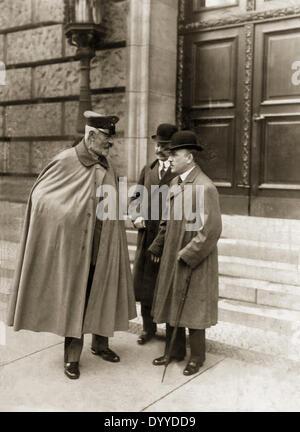 Theobald von Bethmann-Hollweg talking to Gottlieb von Jagow and Arthur Zimmermann, 1916 - Stock Photo