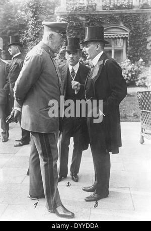 Theobald von Bethmann-Hollweg talking to Gottlieb von Jagow and Karl Helfferich, July 1916 - Stock Photo