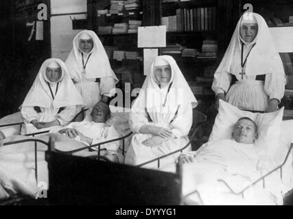 Nuns nurse wounded German soldiers, 1914 - Stock Photo