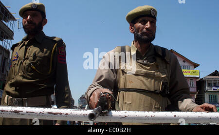 Srinagar, Indian Administered Kashmir. 28 April: Indian paramilitary police stands guard at temporary check point - Stock Photo