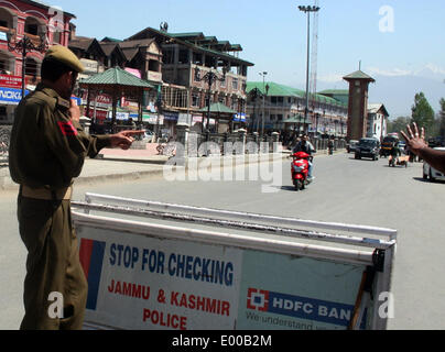 Srinagar, Indian Administered Kashmir. 28 Apri lIndian  police stops  motor bikers at temporary check point   after - Stock Photo