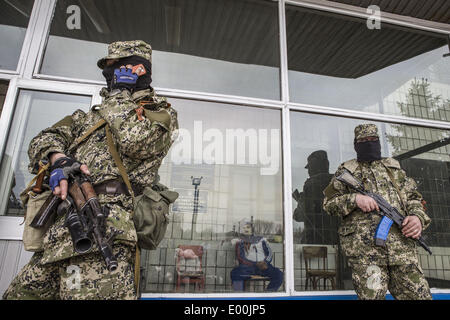 Konstantinovka, Donetsk, Ukraine. 28th April, 2014. Pro-Russian armed men in military fatigues stand guard outside - Stock Photo