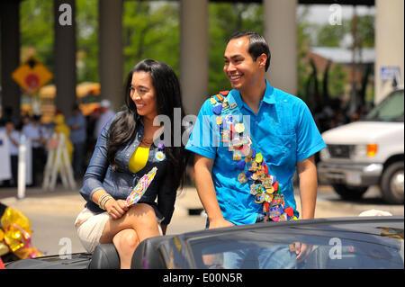 Austin, Texas, USA. 25th Apr, 2014. San Antonio Mayor JULIAN CASTRO, Democrat, and his wife ERICKA CASTRO ride in - Stock Photo