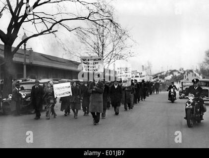 Global economic crisis: Unemployed demonstrators in America - Stock Photo