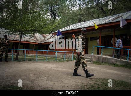 Zawalpora, India. 30th Apr, 2014. An Indian paramilitary trooper stands guard, in Srinagar, on April 30, 2014. Security - Stock Photo