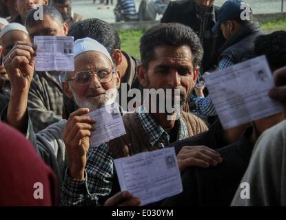 Zawalpora, India. 30th Apr, 2014. Kashmiri residents wait to cast their ballot at a polling station at Budgam Distric - Stock Photo