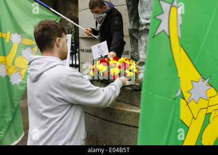 Dublin, Ireland. 1st May 2014. An activists lies a wreath at the statue of James Connolly. Activists from the Dublin - Stock Photo