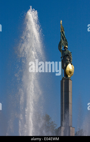 Hochstrahlbrunnen, Heldendenkmal der Roten Armee, Schwarzenbergplatz, Wien, Österreich - Stock Photo