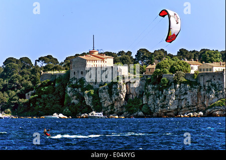 Europe, France, Alpes-Maritimes, Cannes. Kate-surfer front of fort Sainte Marguerite Lerins islands. - Stock Photo