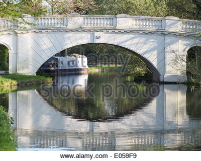 View of a white bridge over the Grand Union Canal - Stock Photo