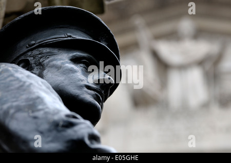 London, England, UK. London Troops War Memorial (Anton Webb; 1920) in front of the Royal Exchange. - Stock Photo