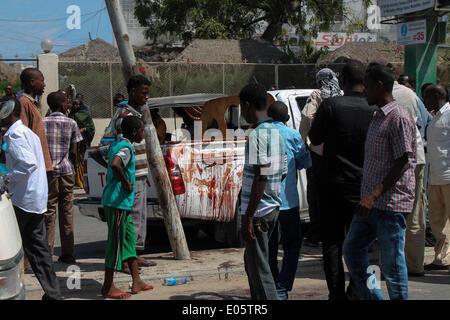 Mogadishu, Somalia. 3rd May, 2014. Residents gather at the scene of an explosion in Mogadishu, Somalia, May 3, 2014. - Stock Photo