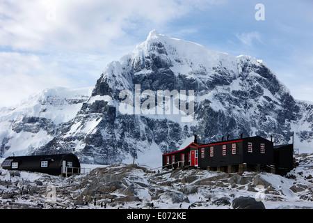 port lockroy british antarctic heritage trust station on goudier island with luigi peak in the background Antarctica - Stock Photo