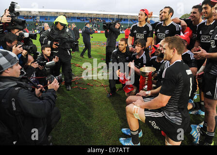 Glasgow, Scotland, UK. 4th May 2014.  the New Zealand team display the trophy for the photographers during the trophy - Stock Photo