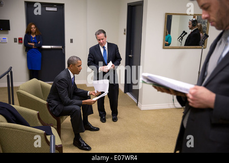 US President Barack Obama reviews his notes with National Economic Council Director Gene Sperling before delivering - Stock Photo