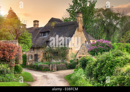 Pretty thatched Cotswold cottage in the village of Stanton, Gloucestershire, England. - Stock Photo