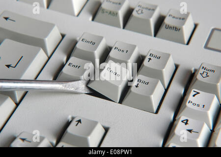 Illustration - A screwdriver removes the key 'Ende' from a keyboard in Germany, 30 May 2009. Photo: Berliner Verlag/Steinach - Stock Photo