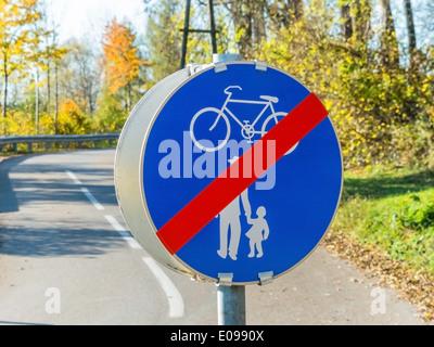 Sign fue cycle track and sidewalk. With each other in the traffic, Schild fue Radweg und Gehweg. Miteinander im - Stock Photo