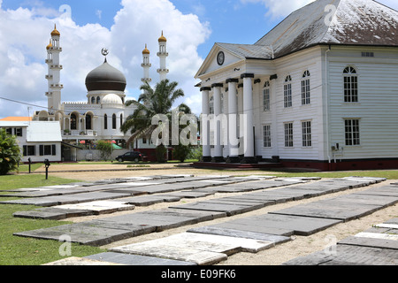 - Islamic mosque (left) and jewish synagogue standing side by side in Paramaribo, capital of Suriname, Latin America - Stock Photo