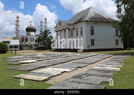 Islamic mosque (left) and jewish synagogue standing side by side in Paramaribo, capital of Suriname, Latin America - Stock Photo