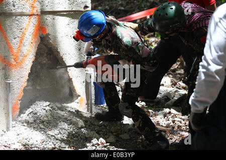 Visayas, Philippines. 8th Apr, 2014. Filipino soldiers performing a search and rescue operation drill. A two-week - Stock Photo