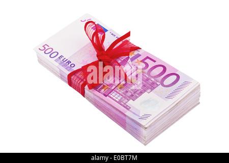 A lot of 500 euromoney bank notes lies on a pile. With red mesh., Viele 500 Eurogeld Banknoten liegen auf einem - Stock Photo