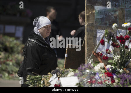 Odessa, Ukraine. 8th May, 2014. Ukraine, Odessa : A unidentified woman mourns outside the burnt trade union building - Stock Photo