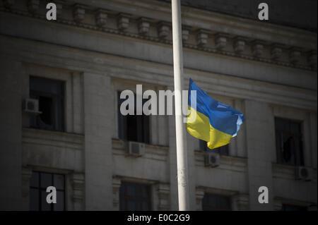 Odessa, Ukraine. 8th May, 2014. Ukraine, Odessa : The ukrainian flag is hoist to half-mast outside the burnt trade - Stock Photo