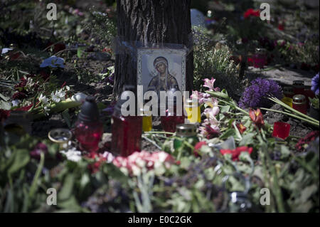 Odessa, Ukraine. 8th May, 2014. Ukraine, Odessa : Flowers outside the burnt trade union building in Odessa, Ukraine, - Stock Photo