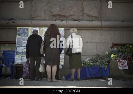 Odessa, Ukraine. 8th May, 2014. Ukraine, Odessa : People mourn outside the burnt trade union building in Odessa, - Stock Photo