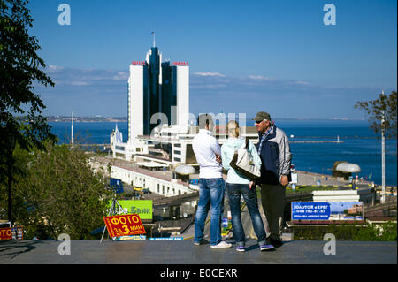 Odessa, Ukraine. 8th May, 2014. Ukraine - Odessa - Daily life - Tourists speak to a local on top of the Potemkin - Stock Photo