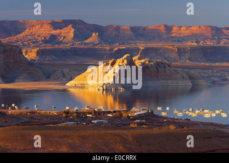 Lake Powell with Wahweap Bay and Wahweap Marina in the evening, Glen Canyon National Recreation Area, Arizona and Utah, USA, Ame