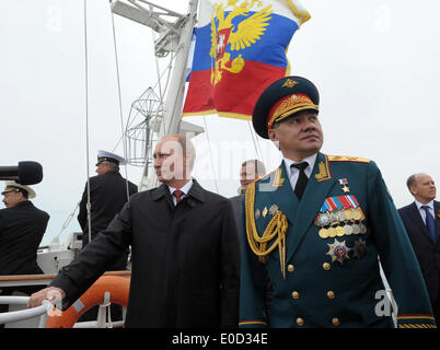 Sevastopol, Sevastopol. 9th May, 2014. Russian President Vladimir Putin (L) and Russian Defence Minister Sergei - Stock Photo