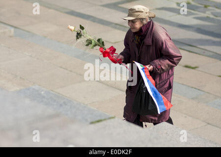 Sofia, Bulgaria. 9th May, 2014. On May 9, 2014, over a thousand people laid wreaths and flowers at the monument - Stock Photo