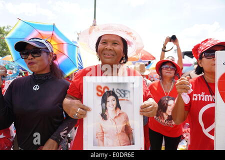Bangkok, Thailand. 10th May, 2014. A red-shirt supporter holds a portrait of Thai ousted prime minister Yingluck - Stock Photo