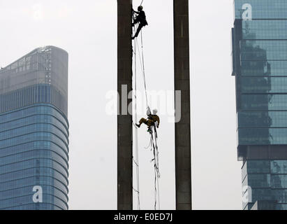 Central Jakarta, Jakarta, Indonesia. 11th May, 2014. Greenpeace activists climbing on an iconic ''Selamat Datang'' - Stock Photo