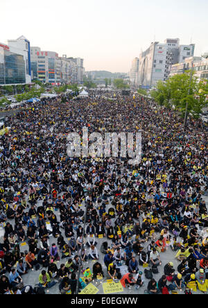 Ansan, South Korea. 10th May 2014. People attend a rally against what they insist, lax response of President Park - Stock Photo