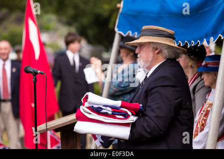 A descendants of Civil War soldiers retires the flag at a ceremony marking Confederate Memorial Day at Magnolia - Stock Photo