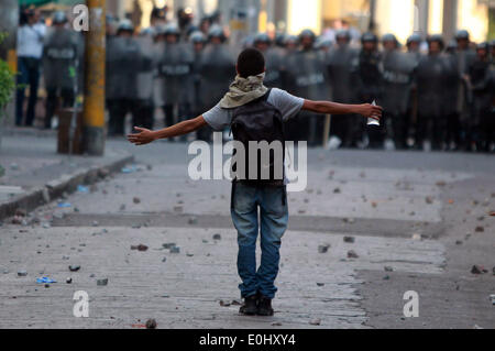 Tegucigalpa, Honduras. 13th May, 2014. A supporter of the former Honduran President Manuel Zelaya participates in a clash against police in front of the National Congress in Tegucigalpa, Honduras, on May 13, 2014. Followers and deputies of the Liberty and Refoundation Party (Libre, for its acronym in Spanish), the second political force in Honduras, broke in the National Congress on Tuesday, after clashing with police elements that guarded the Legislative Palace. Credit:  Rafael Ochoa/Xinhua/Alamy Live News