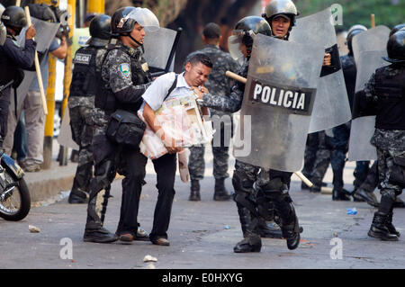 Tegucigalpa, Honduras. 13th May, 2014. Police elements detain a person during a clash between followers of the former Honduran President, Manuel Zelaya, and police, in front of the National Congress in Tegucigalpa, Honduras, on May 13, 2014. Followers and deputies of the Liberty and Refoundation Party (Libre, for its acronym in Spanish), the second political force in Honduras, broke in the National Congress on Tuesday, after clashing with police elements that guarded the Legislative Palace. Credit:  Rafael Ochoa/Xinhua/Alamy Live News