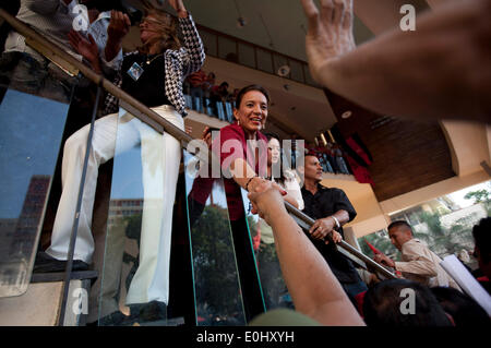 Tegucigalpa, Honduras. 13th May, 2014. The former presidential candidate of the Liberty and Refoundation Party, (Libre, for its acronym in Spanish), Xiomara Castro (C), greets followers in front of the National Congress in Tegucigalpa, Honduras, on May 13, 2014. Followers and deputies of the Libre, the second political force in Honduras, broke in the National Congress on Tuesday, after clashing with police elements that guarded the Legislative Palace. Credit:  Rafael Ochoa/Xinhua/Alamy Live News