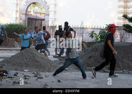 Tegucigalpa, Honduras. 13th May, 2014. Supporters of the former Honduran President Manuel Zelaya clash with police in front of the National Congress in Tegucigalpa, Honduras, on May 13, 2014. Followers and deputies of the Liberty and Refoundation Party (Libre, for its acronym in Spanish), the second political force in Honduras, broke in the National Congress on Tuesday, after clashing with police elements that guarded the Legislative Palace. Credit:  Rafael Ochoa/Xinhua/Alamy Live News