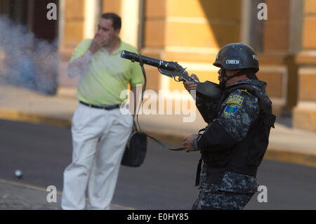 Tegucigalpa, Honduras. 13th May, 2014. A police element participates in a clash against followers of the former Honduran President Manuel Zelaya in front of the National Congress, in Tegucigalpa, Honduras, on May 13, 2014. Followers and deputies of the Liberty and Refoundation Party (Libre, for its acronym in Spanish), the second political force in Honduras, broke in the National Congress on Tuesday, after clashing with police elements that guarded the Legislative Palace. Credit:  Rafael Ochoa/Xinhua/Alamy Live News